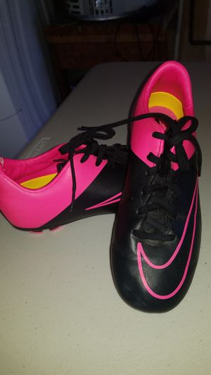 black and pink nike miracle outdoor soccer shoes size 4 1/2 for Sale in Acampo, CA