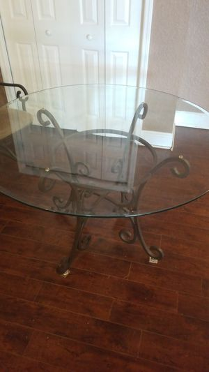 """48"""" Round glass kitchen table and 4 chairs for Sale in Lutz, FL"""