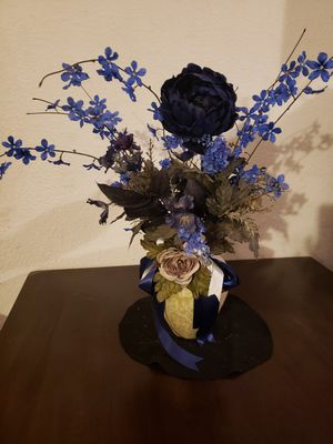 Artificial floral vase arrangement blue for Sale in Hesperia, CA