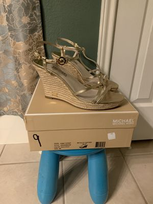 Michael Kors Kami T Strap Color: Pale Gold Metallic Leather Size: 9 Retails: $110.00 PICK UP ONLY 77090 area NO TRADES for Sale in Houston, TX