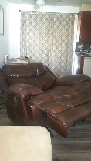 Oversized all electric recliner w/ charging port. for Sale in Yucaipa, CA