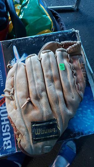 Baseball glove for Sale in Tacoma, WA