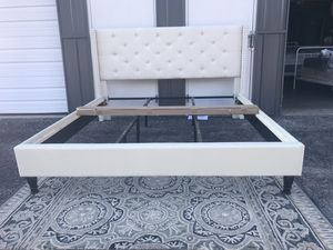 New KING size platform bed frame for Sale in Columbus, OH