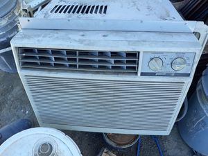 Window AC Unit 10kbtu signature2000 120volt for Sale in Rosamond, CA