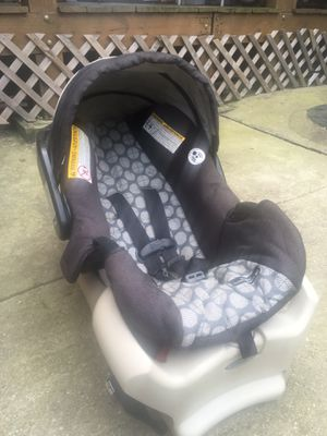Graco SnugRide Classic Connect 30 Car Seat - With Base for Sale in Chicago, IL