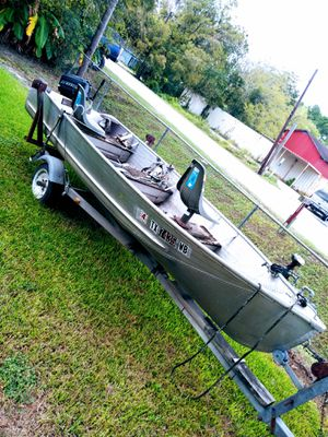 16 ' all aluminum boat, Mercury 11 hp runs n fresh and salt water. Trolling motor included. New seats, gas tank and gas line for Sale in Houston, TX