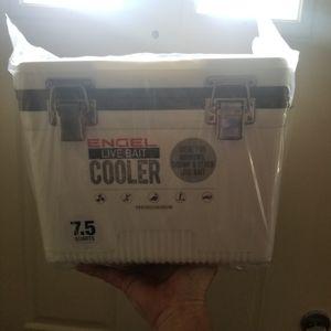7.5quarts Engel Live Bait cooler for Sale in Baltimore, MD