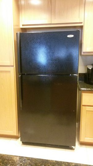 Whirlpool Black 21 cubic refrigerator for Sale in San Pablo, CA
