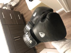 Boxing gloves barely used for Sale in Del Valle, TX