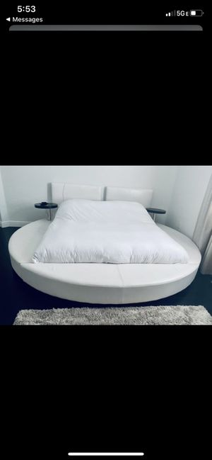King size bed frame with box for Sale in Pembroke Pines, FL