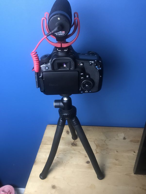 Youtuber Camera set up: Canon 60D, Rode VideoMic Go. And tripod Bundle