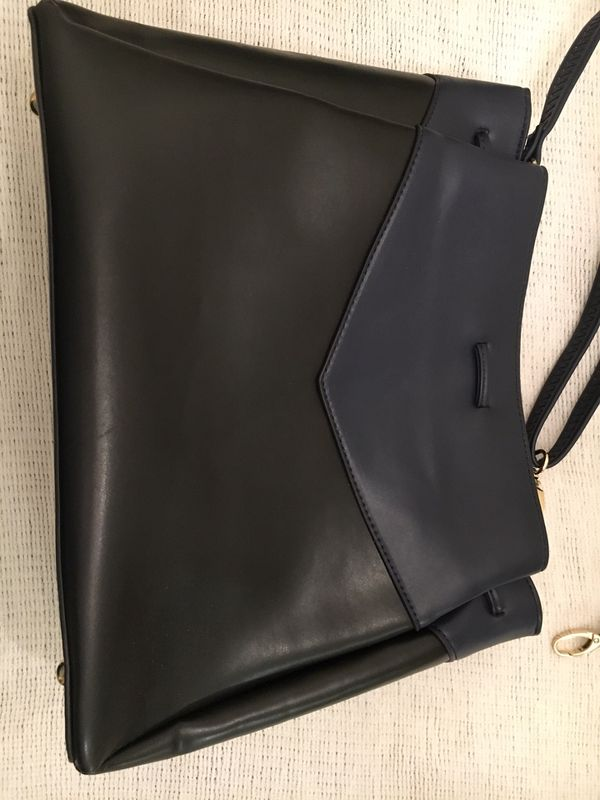 Black and Navy handbag, beautiful and unique! Loaded with options!
