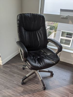 Black leather adjustable office chair rolling for Sale in Seattle, WA