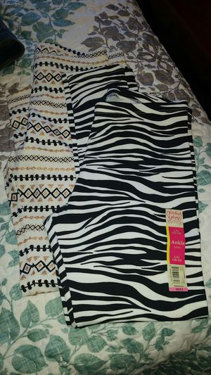 6 pairs of leggings for Sale in Fuquay-Varina, NC