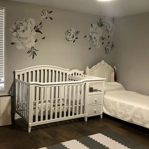 Berkley 4-in-1 Convertible Crib and Changer By Sorelle Color: white for Sale in Queens, NY
