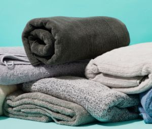 FREE Big bag of unmatched mostly bath size towels for Sale in Chicago, IL