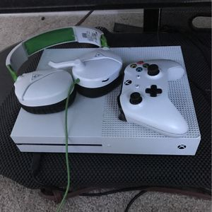 Xbox One S 500gb + Xbox Controller + Turtle Beach Headset for Sale in Tampa, FL