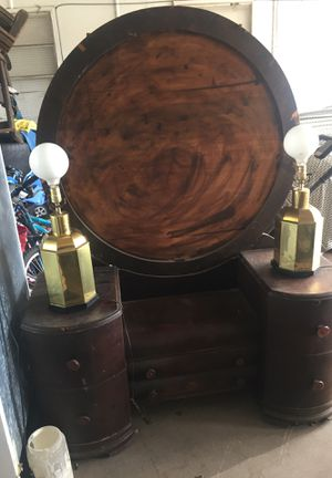 Antique bedroom furniture with both lamps for Sale in Dallas, TX