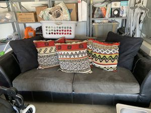 Super comfy couch, has I broken arm but funtional for Sale in Lompoc, CA