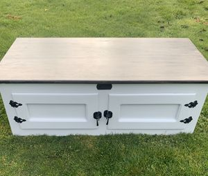 Bk/Wh White Clad Bench or Coffee table for Sale in Marysville, WA
