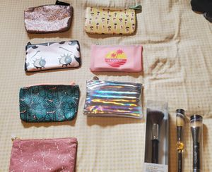 Bundle of makeup face brushes & bags for Sale in Montebello, CA