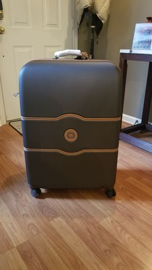 Delsey Paris Chatelet spinner Lg 28 Inch for Sale in Charlotte, NC