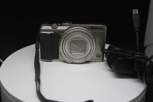 Nikon COOLPIX A900 20.0 MP Digital Camera - Silver for Sale in Los Angeles, CA