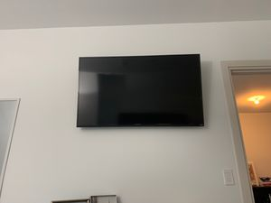 50 inch Vizio TV with bracket to hang for Sale in Miami, FL