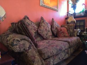 Beautiful floral, couch, great condition for Sale in Roanoke, VA