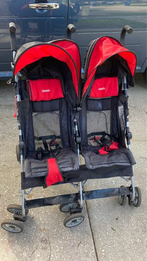 Double umbrella stroller for Sale in Land O' Lakes, FL