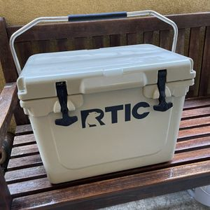 Rtic 20 Hard Cooler Yeti Style Amazing Condition Like New for Sale in Burbank, CA
