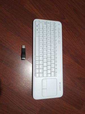 NEW LOGITECH WIRELESS TOUCH KEYBOARD K400r COLOR WHITE,NICE AND CLEAN CERO DAMAGES,ELSE COMES WITH LITLE USB for Sale in Los Angeles, CA
