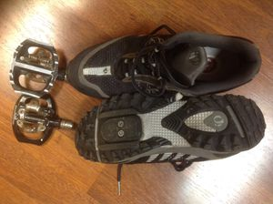 Pearl Izumi size 10 men's bike shoes with clips and pedals for Sale in Findlay, OH