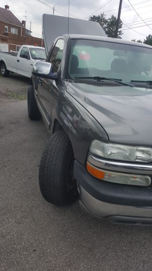Chevy Silverado 2003 nice pickup truck looking good low mileage on it 118000 miles good-looking truck for Sale in Cleveland, OH