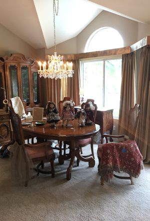 Dining table wth 2 leaves and 6 chairs for Sale in Riverside, CA