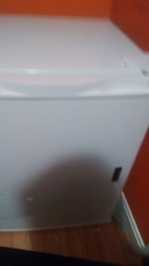 White mini fridge magic chef for Sale in Bowdoinham, ME