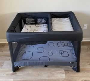 4moms Breeze Plus Playard / Pack 'N Play with Bassinet and Changing Table, Sheets for Sale in Irvine, CA