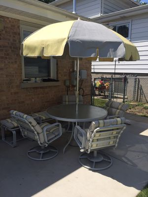 Garden table with umbrella and Spinning chairs for Sale in Skokie, IL