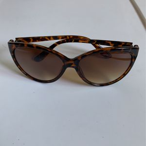 ELLE SUNGLASS SHADES WITH CASE for Sale in Downey, CA