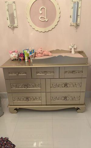 Baby dresser and changing table. Tocador y cambiador, cómoda. for Sale in Miami, FL