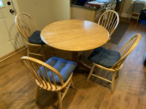 Round Kitchen Table w/4 Chairs for Sale in Taylors, SC