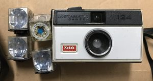 VINTAGE KODAK INSTAMATIC 124 CAMERA & 4 FLASH CUBES for Sale in Lanham, MD