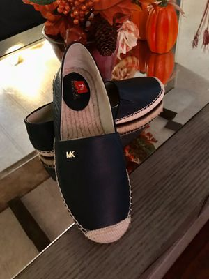 Zapatos MK auténticos nuevos color azul marino 71/2 for Sale in San Bernardino, CA
