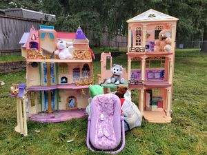 Free barbie/princess houses/ 1 lot of stuffed animals for Sale in SPANAWAY, WA