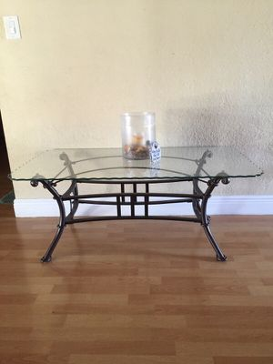 Beautiful glass coffee / center table for Sale in Hialeah, FL