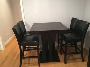Countertop/bar height with matching fullback chairs for Sale in New York, NY