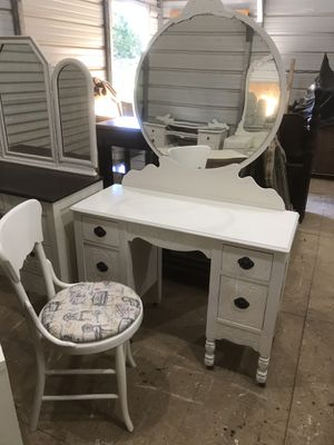 White vanity with mirror for Sale in Fayetteville, TN