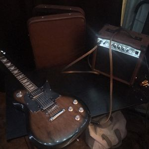 KEITH URBAN ELECTRIC GUITAR KIT ACCESSORIES!! With leather case, amp speaker, aux cord, and tuner for Sale in Castro Valley, CA