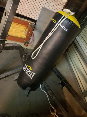 Everlast punching bag for Sale in Lakewood, CA