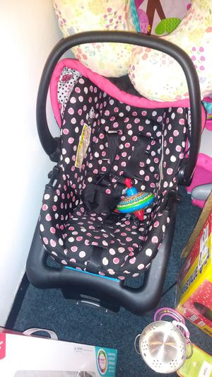 Newborn car seat with the bass for Sale in Washington, PA
